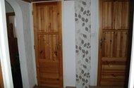 Pohled na dveře od koupelny a toalety