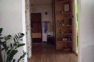 Pohled z obýváku do chodby a vstupu do bytu