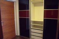 Šatní skříň v chodbě