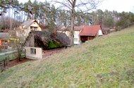 N47568_zahrada, dům ke zboření a dům v pozadí