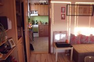 Pohled z obýváku do kuchyně