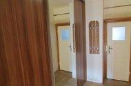 N47679_chodba,skříňdveře do koupelny