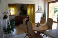 Pohled přes jídelnu do obývacího pokoje