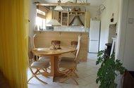 Pohled z obývací pokoje do kuchyně