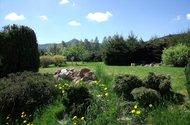 Výhled z terasy na zahradu a Ještěd