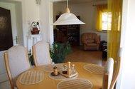 Pohled z jídelny do obývacího pokoje