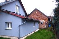 Zadní strana domu + venkovní terasa