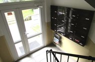 N47792_hlavní vchod do domu a schránky