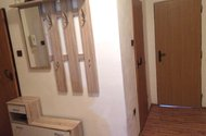 N47887_chodba dveře do kuchyně a koupelny
