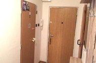 N47887_chodba dveře hlavní do komory na wc