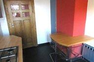 N47905_jídelní stůl a potravinová skříň