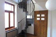 N47905_vchod do pokoje a schody do ložnice