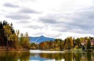 N47938_pohled na vilu přes přehradu