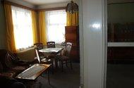 Pohled z ložnice do obývacího pokoje
