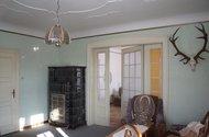 Obývací pokoj s krásnými kachlovými kamny