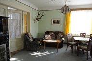 Obývací pokoj s průchozími dveřmi do ložnice
