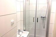 N47958_koupelna se sprch.loutem a umyvadlem