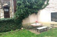 N48047_sezení na zahradě