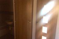 N48060_z chodby do koupelny a ložnice