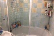 N48073_koupelna s vanou a zástěnou