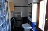 N47905_koupelna vchod do kuchyně