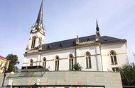 N48399_naproti domu kostel