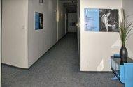 N47992_chodba u kanceláře