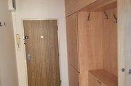 N48235_zádveří s vestavěnou skříní