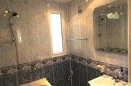 N48364_koupelna, okno do jídelny