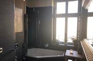 N48707_koupelna vana se zástěnou