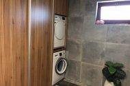 N48709_vestavěné skříně v koupelně
