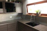 N48709_z kuchně okno do zahrady