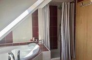 N48767 koupelna sprchový kout vana vchod na chodbu