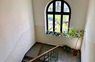 N48767_hlavní schodiště v domě k bytu