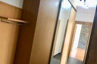 N48792_chodba s vestavěnými skříněmi