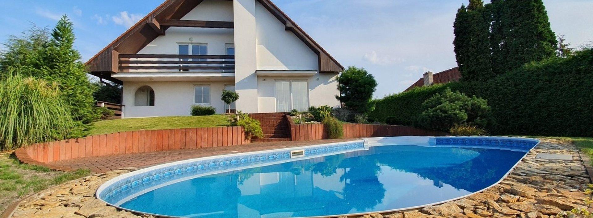 Prostorný dům s bazénem a krásnou zahradou, 1012 m² - Lázně Bohdaneč, Ev.č.: N48850