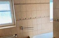 N48856_koupelna s okny