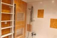 N48895_koupelna  s vanou a zástěnou