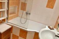 N48895_koupelna s vanou a skleněnou zástěnou