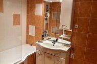 N48895_koupelna s umyvadlovou skříní a zrcadlem
