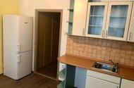 N48936_kuchyň vstup do chodby s vestavěnými skříněmi