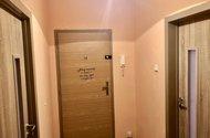 N48936_chodba se vstupními dveřmi