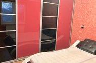 N48687_ložnice s postelí a vestavěnou skříní