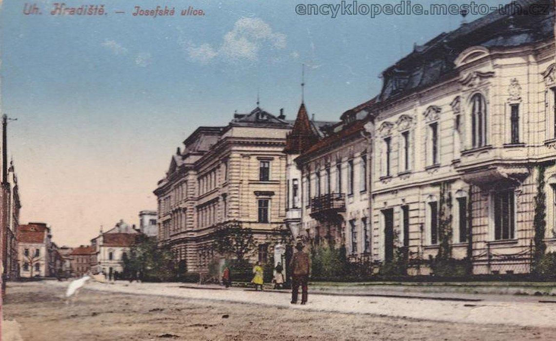 1316 Pohled do Všehrdovy ulice, vpravo Feyův dům čp. 302 a Fürstův dům čp. 292