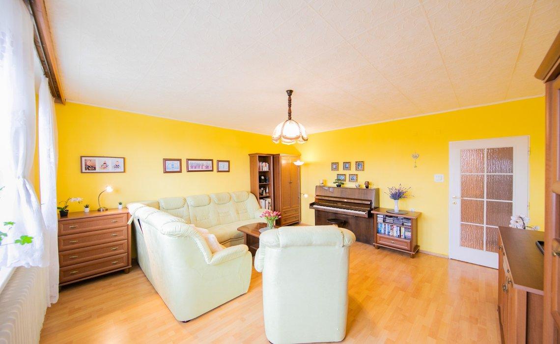 Prostorný obývací pokoj s balkonem orientován na jižní stranu