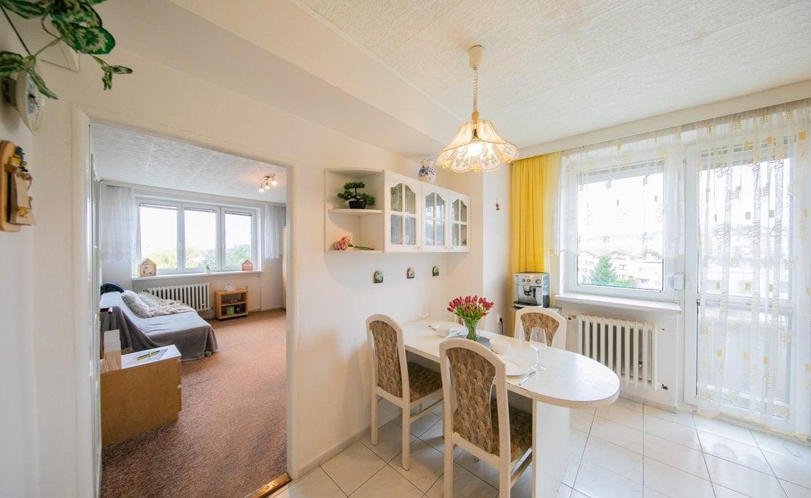 Pohled z chodby do kuchyně a pokoje, vstup na balkon na západní straně