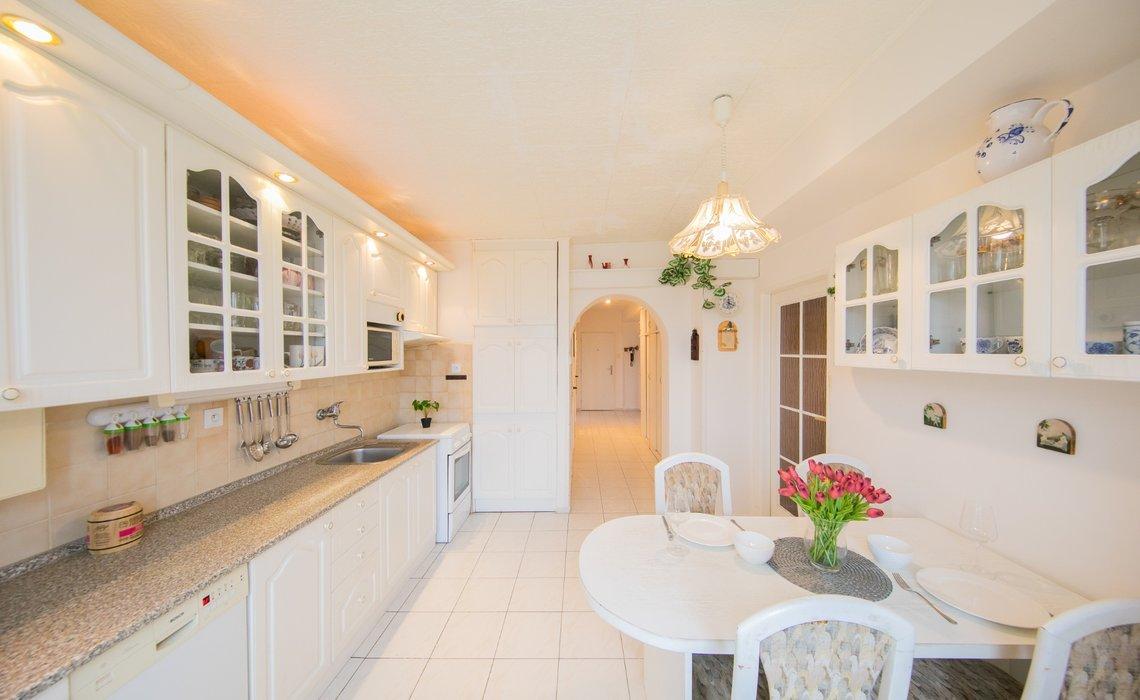Kuchyně s jídelním koutem, za zády balkon orientován na západní stranu