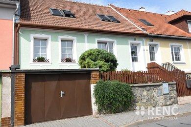 Prodej udržovaného dvoupodlažního rodinného domu s předzahrádkou, garáží a menší zahradou v Jundrově, ulice Lelkova, Ev.č.: 00833