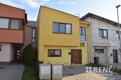 Prodej dvoupodlažního rodinného domu s předzahrádkou a zahradou v klidné části Rajhradu u Brna, ulice Hrůzova, Ev.č.: 00910