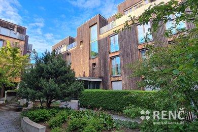 Prodej nadstandardního bytu 3+kk o ploše 86 m2 s terasou a dvěma balkony v obytném souboru Na Vackově v Alfarezidenci přiléhající k žižkovskému parku, stavba z roku 2012., Ev.č.: 00980